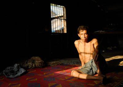Portrait d'un homme dans sa maison, village de Sra Srang, province de Siem Reap.