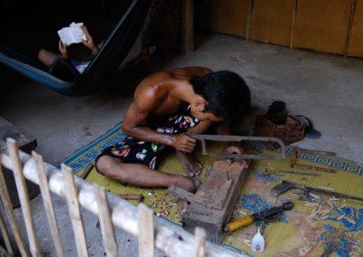Jeunes hommes, lecture et artisanat. Fabrication de marionnettes en bois, village de Sra Srang, province de Siem Reap.