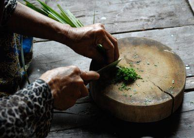 Préparation de citronnelle pour le déjeuner, province de Kratie.