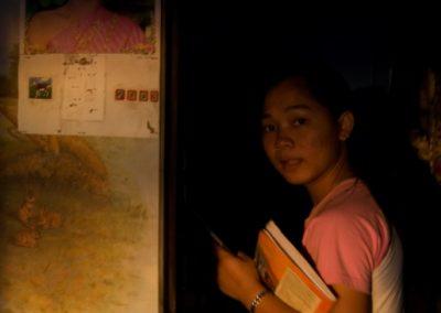 Portrait d'une jeune fille à l'entrée de sa chambre, Kep, province de Kampot.