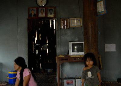 Portrait d'une mère et sa fille dans leur maison, village de Cheung Kok, province de Kampong Cham.