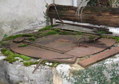 Ce puits le long d'un mur de maison indique le passage de l'eau sous la maison. En saison cette eau devient un petit torrent. Lors de la rénovation nous avons éloigné les pièces de vie de ce parcours.