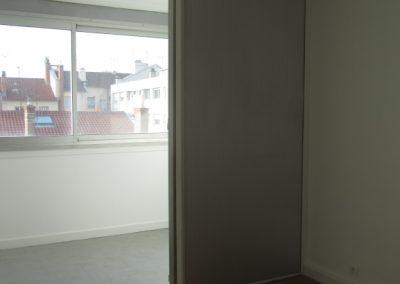Chambre 10M2 avec partie mur en tole