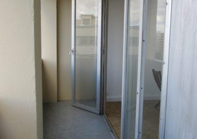 Balcon avant, impossible à meubler à cause des porte-fenêtres ouvrant vers l'extérieur