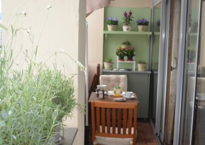 Balcon aménagé avec des meubles réalisés sur mesure