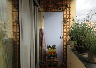 Balcon vers la cuisine avec porte même couleur que le mur de la cuisine