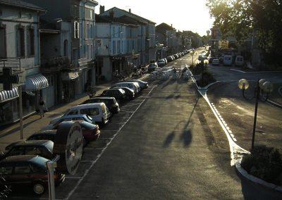 La circulation des voitures dans ce village se faisait avec l'énergie des voitures arrivant face à l'habitation d'où est prise la photo. C'est une énergie agressive avec crissements de pneus. Pour les habitants, il y a un stress énergétique constant. Le Feng Shui ne recommande pas les habitations perpendiculaires à la circulation. De fait la Mairie a récemment changé le sens de la circulation.