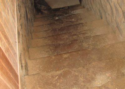 Descente dans la cave en pierres