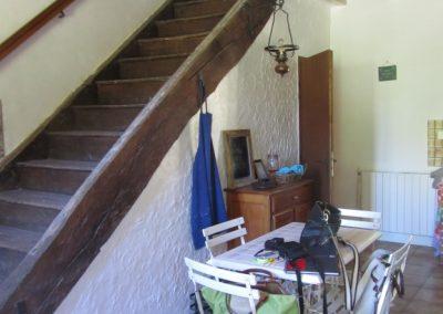 Cuisine et escalier de meunier vers 1er étage ouvert sur la cuisine