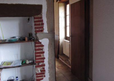 La cheminée avec les niches
