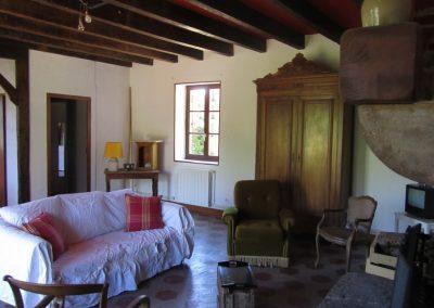 Salon des anciens propriétaires, notez le rouge entre les poutres