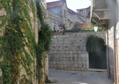 Hvar maison derrière des murs hauts