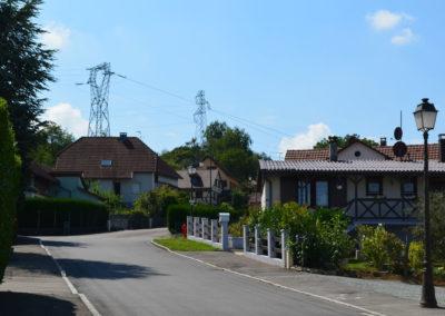 Deux lignes à haute tension dans un village en Alsace