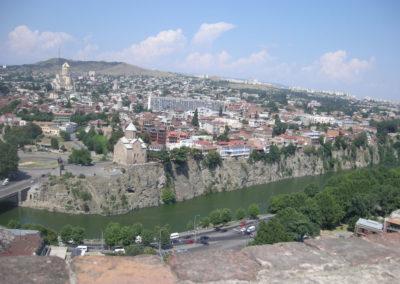 Tbilissi, capitale de la Géorgie traversée par le fleuve Koura. Il s'agit d'une faille très importante. Photo Eva Schwebel, 2007.