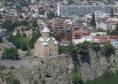 Tbilissi, la faille du fleuve Koura protège la ville des envahisseurs. Tbilissi a été l'objet de nombreux conflits que cette rupture tellurique semble animer. Photo Eva Schwebel, 2007.